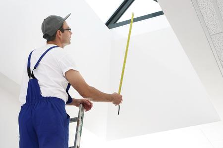 Handwerker baut Dachfenster ein