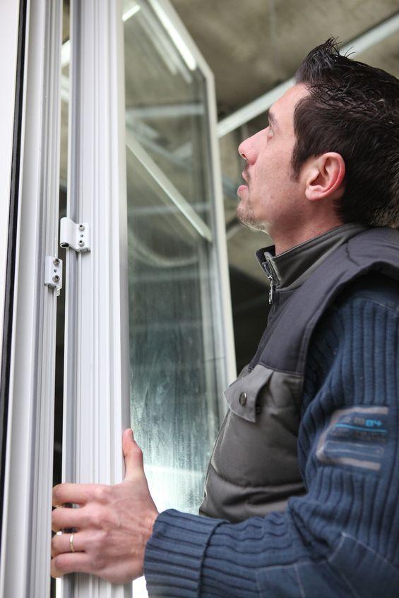 Handwerker beim Einstellen eines Fensters