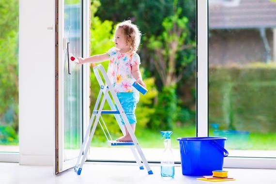 Kind putzt Fenster
