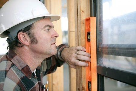 Ein Mann baut Kunststofffenster ein